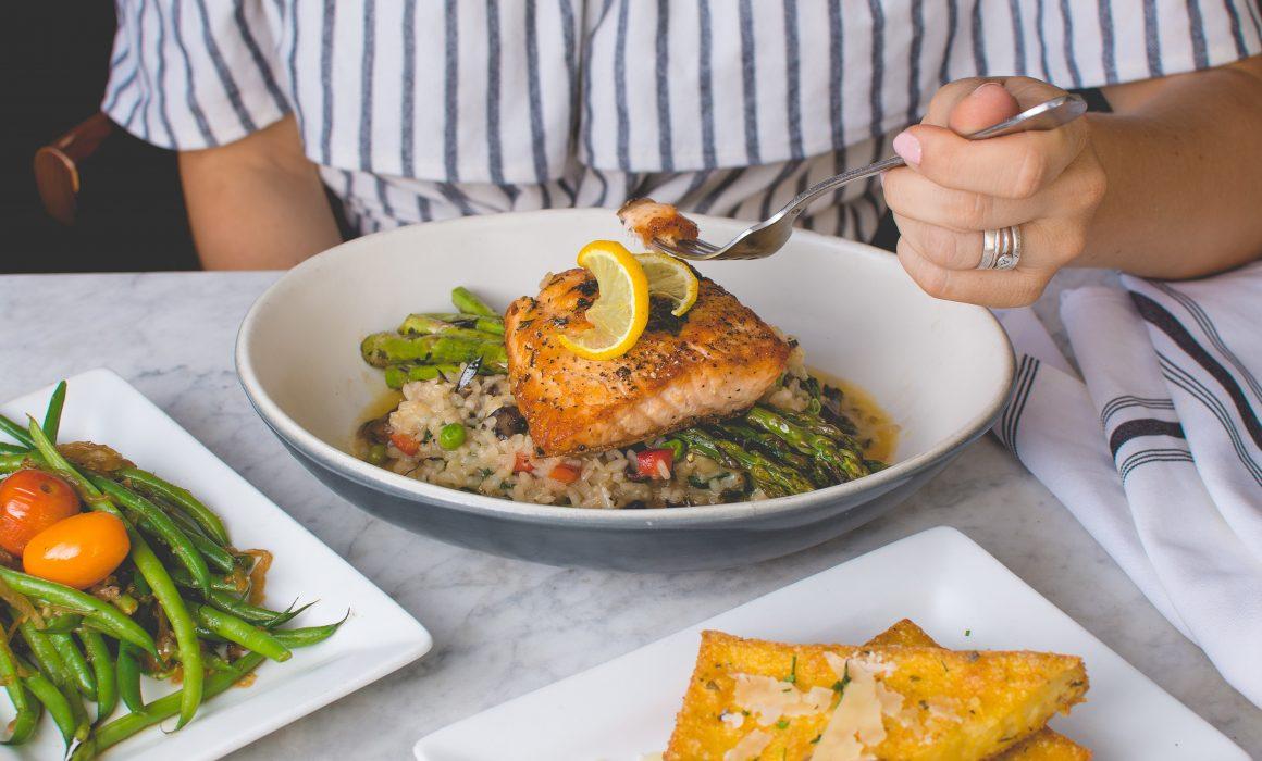 Mujer comiendo plato saludable crononutrición